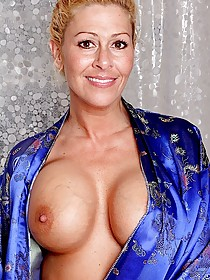 Bleached MILF with perfectly round breasts masturbating on camera