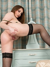 Luxurious thick MILF spreading her legs to show off that slit